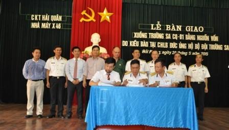 Die in Deutschland lebenden Vietnamesen schenken Soldaten auf Truong Sa ein Boot - ảnh 1