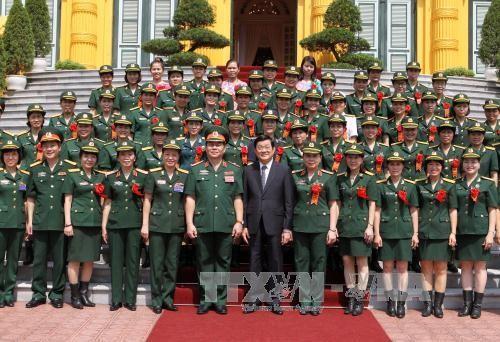 Staatspräsident Truong Tan Sang trifft ausgezeichnete Soldatinnen - ảnh 1