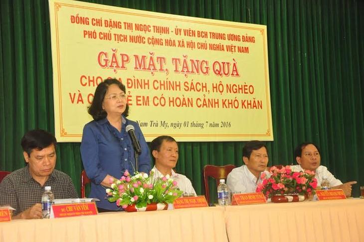 Vize-Staatspräsidentin Thinh besucht Familien der Menschen mit Verdiensten - ảnh 1