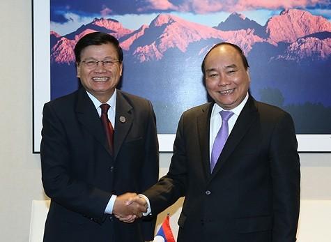Premierminister Nguyen Xuan Phuc trifft Laos Premierminister Thongloun Sisoulith - ảnh 1