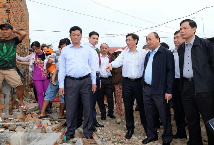 Nguyen Xuan Phuc überprüft die Beseitigung der Folgen von Taifun Damrey in Khanh Hoa - ảnh 1