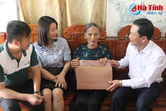 Das Neujahrsfest Tet für Menschen verdienstvolle und bedürftige Menschen  - ảnh 1