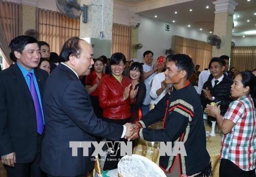 Der Premierminister überreicht Geschenke an arme Menschen und Arbeitnehmer in Dak Lak - ảnh 1