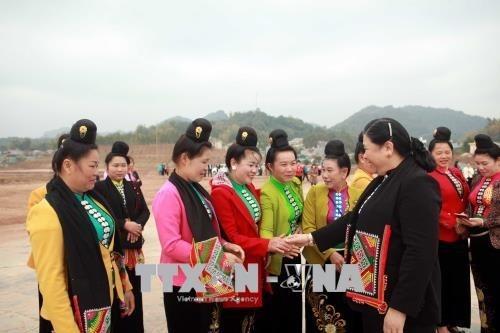 Tong Thi Phong feiert das Tetfest mit Angehörigen der ethnischen Minderheiten in Son La - ảnh 1