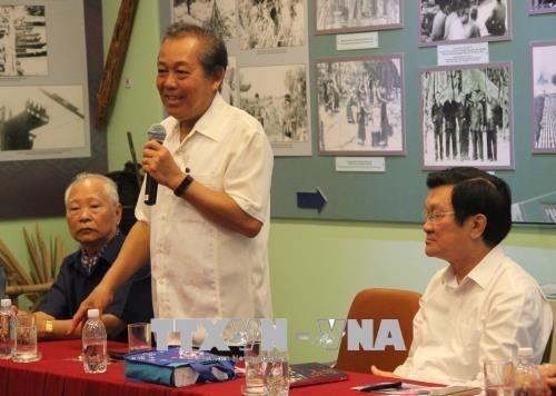 Vizepremierminister Truong Hoa Binh trifft ehemalige festgenommene Revolutionäre - ảnh 1