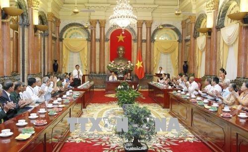 Dang Thi Ngoc Thinh trifft Menschen mit großem Verdienst der Provinz Vinh Long - ảnh 1