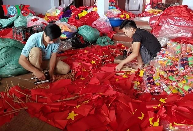 Das Dorf Tu Van beschäftigt sich mit dem Nähen von nationalen Flaggen - ảnh 1