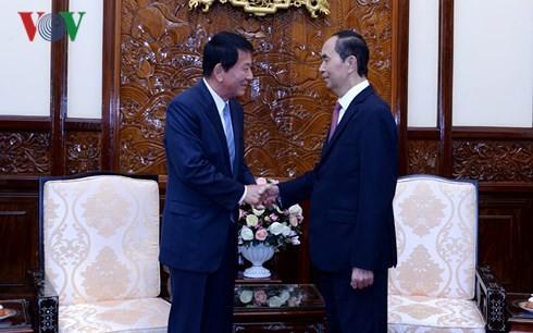 Staatspräsident Tran Dai Quang empfängt Vietnam-Japan-Sonderbotschafter Sugi - ảnh 1