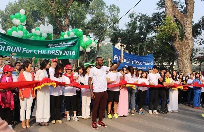 """Tausende Menschen nehmen am """"Lauf für Kinder Hanoi 2018"""" teil - ảnh 1"""