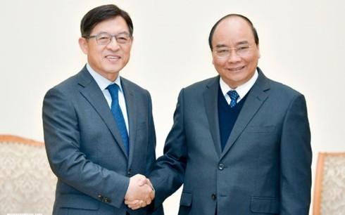 Premierminister Nguyen Xuan Phuc hofft auf Erweiterung der Produktion in Vietnam durch Samsung - ảnh 1