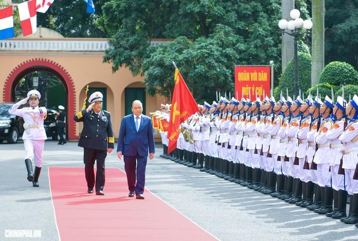 Premierminister Nguyen Xuan Phuc überprüft Kampfbereitschaft der Marine - ảnh 1