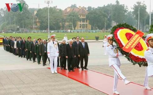 Die vietnamesische Führung besucht Ho Chi Minh-Mausoleum - ảnh 1