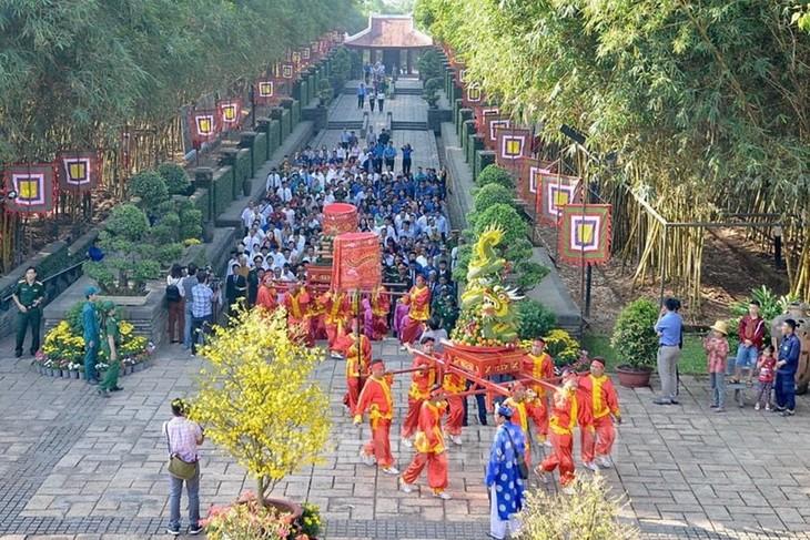 Die Leitung von Ho Chi Minh Stadt zündet Räucherstäbchen zum Gedenken an gefallene Soldaten an - ảnh 1