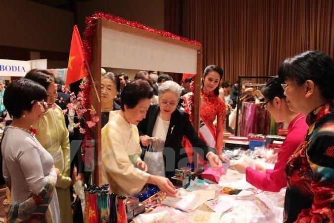 越南积极参加亚太妇女协会的慈善义卖活动 - ảnh 1
