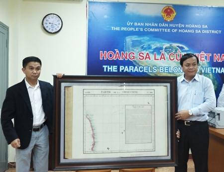 岘港市黄沙岛县接收一位海外侨胞捐赠的一张珍贵黄沙地图 - ảnh 1