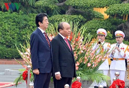 日本首相安倍晋三及夫人圆满结束对越南的正式访问 - ảnh 1