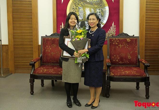 越南内务部向联合国人口基金会驻越副首席代表馁肯授予纪念章 - ảnh 1