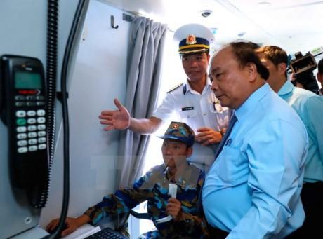 阮春福对越南海军第2区导弹旅战备训练工作进行检查  - ảnh 1
