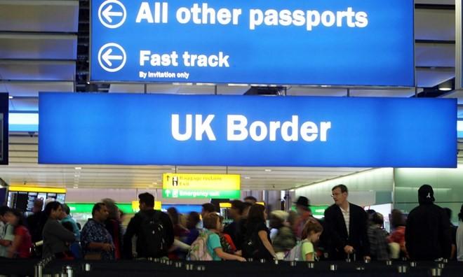 英国承诺在脱欧后将允许欧盟公民免签入境 - ảnh 1