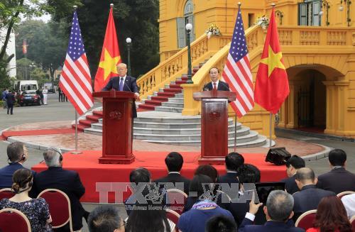 越南国家主席陈大光与美国总统特朗普共同主持记者会 - ảnh 1