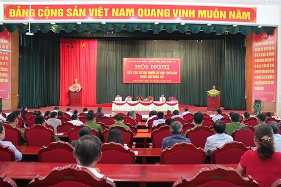 越南国会副主席丛氏放与山萝省木州县选民接触 - ảnh 1