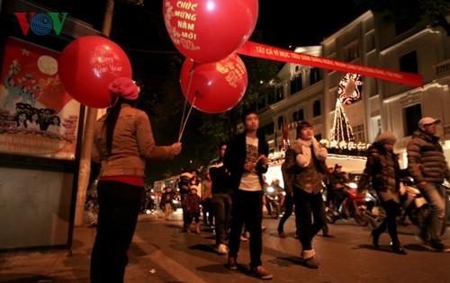 New Year atmosphere in Hanoi - ảnh 2