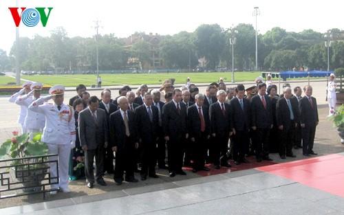 Partei- und Staatschef besuchen Ho Chi Minh-Mausoleum zu seinem Geburtstag - ảnh 1