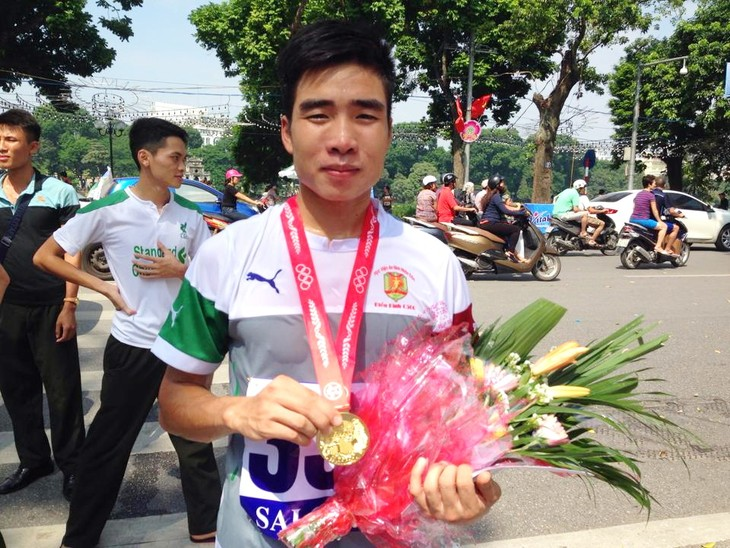 """1300 Menschen beteiligen sich am Laufwettbewerb der Zeitung """"Neues Hanoi"""" - ảnh 1"""