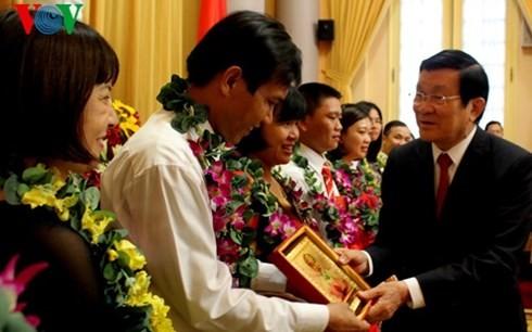 Staatspräsident Truong Tan Sang trifft vorbildliche Arbeiterinnen der Erdölbranche - ảnh 1