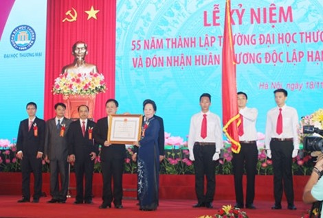 Vizestaatspräsidentin Nguyen Thi Doan nimmt an Feier zum Gründungstag der Handelshochschule teil - ảnh 1