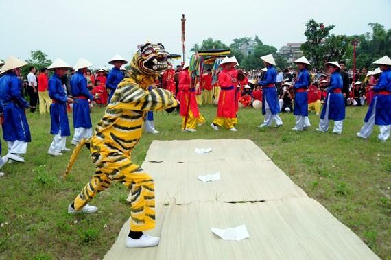 Einzigartigkeit beim Ai Lao-Gesangs und Tanz beim Giong-Festival - ảnh 1