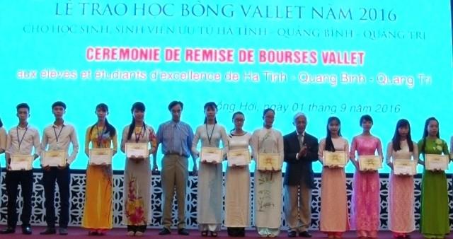 Stipendium Vallet an ausgezeichnete Schüler der drei zentralvietnamesischen Provinzen überreicht - ảnh 1