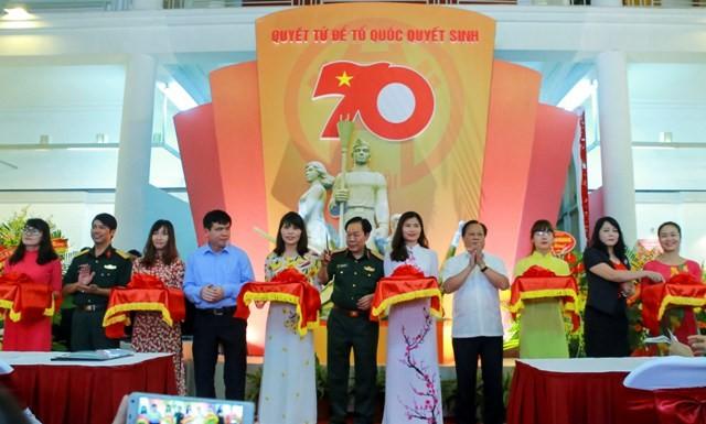 Ausstellung mit mehr als 100 Fotos der Streitkräfte Hanois - ảnh 1