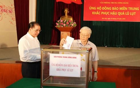 KPV-Generalsekretär Nguyen Phu Trong spendet für Flutopfer in Zentralvietnam - ảnh 1