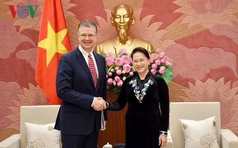 Parlamentspräsidentin empfängt Botschafter der USA und Kanadas - ảnh 1