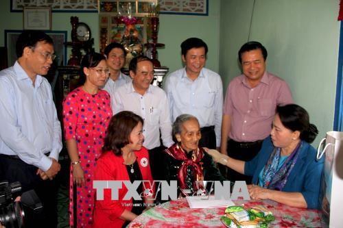 Parlamentspräsidentin Nguyen Thi Kim Ngan überreicht Geschenke an bedürftige Familien in Long An - ảnh 1