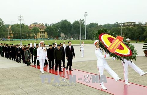 Spitzenpolitiker besuchen Ho Chi Minh-Mausoleum zum 88. Gründungstag der Partei - ảnh 1