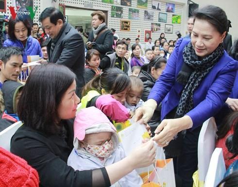 Parlamentspräsidentin Nguyen Thi Kim Ngan überreicht Geschenke an krebskranke Kinder - ảnh 1