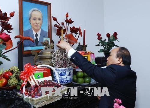 Regierungsleitung zünden Räucherstäbchen zum Gedenken an Nguyen Van Linh und Pham Van Dong an - ảnh 1