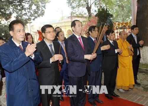 Staatspräsident Tran Dai Quang zündet Räucherstäbchen zum Beginn des Frühlingsfests 2018 an - ảnh 1