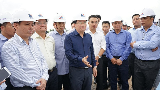 Vizepremierminister Trinh Dinh Dung überprüft den Bau der Autobahnstrecke Trung Luong – Can Tho - ảnh 1