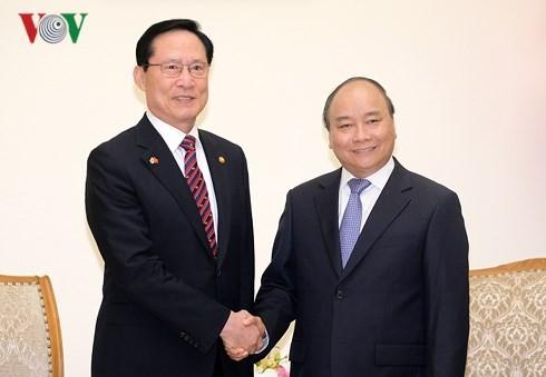 Premierminister Nguyen Xuan Phuc empfängt Südkoreas Verteidigungsminister - ảnh 1