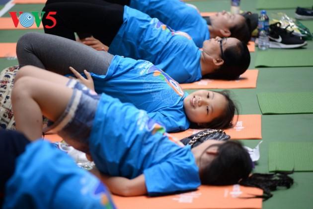 Knapp 1500 Menschen beteiligen sich an einer Yoga-Aufführung in Hanoi - ảnh 13