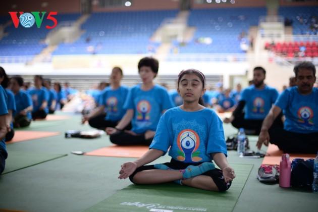 Knapp 1500 Menschen beteiligen sich an einer Yoga-Aufführung in Hanoi - ảnh 14