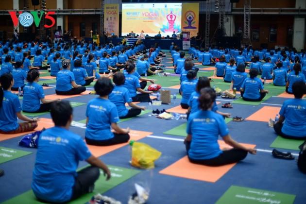 Knapp 1500 Menschen beteiligen sich an einer Yoga-Aufführung in Hanoi - ảnh 16