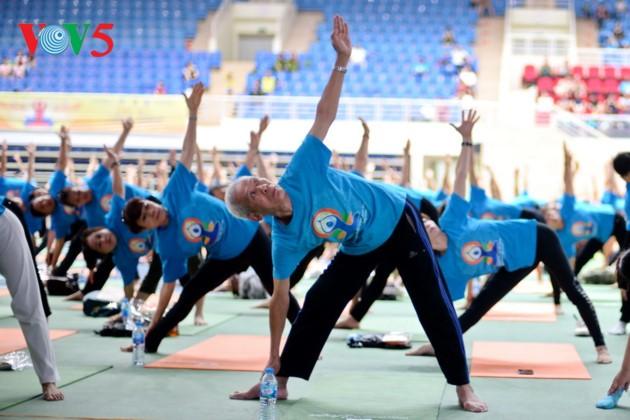 Knapp 1500 Menschen beteiligen sich an einer Yoga-Aufführung in Hanoi - ảnh 7