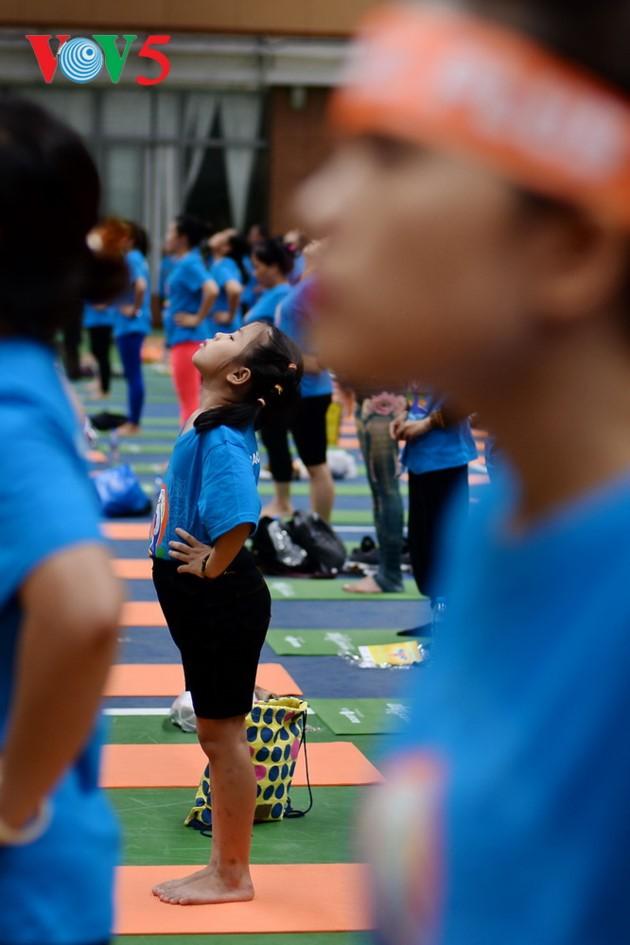 Knapp 1500 Menschen beteiligen sich an einer Yoga-Aufführung in Hanoi - ảnh 8