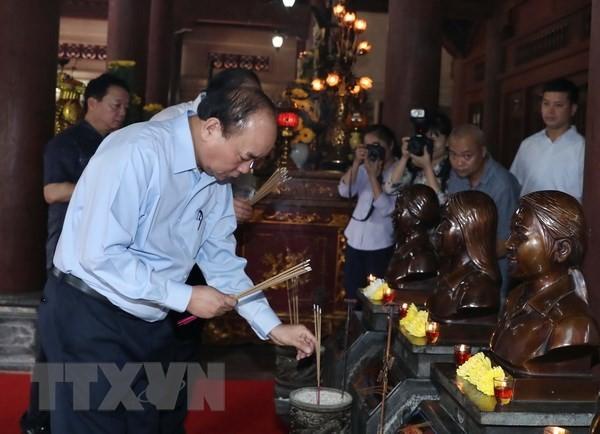 Premierminister Nguyen Xuan Phuc zündet Räucherstäbchen im Gedenkkomplex Kim Lien an - ảnh 1