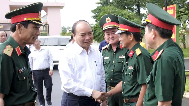 Premierminister Nguyen Xuan Phuc besucht Regiment 16 in Binh Phuoc - ảnh 1