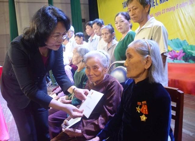 Die Vizestaatspräsidentin überreicht Kinder aus schwierigen Verhältnissen in Quang Ngai Geschenke - ảnh 1